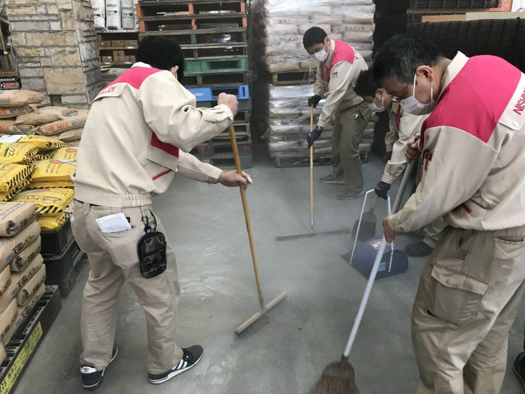 セメント粉を掃いてそうじする