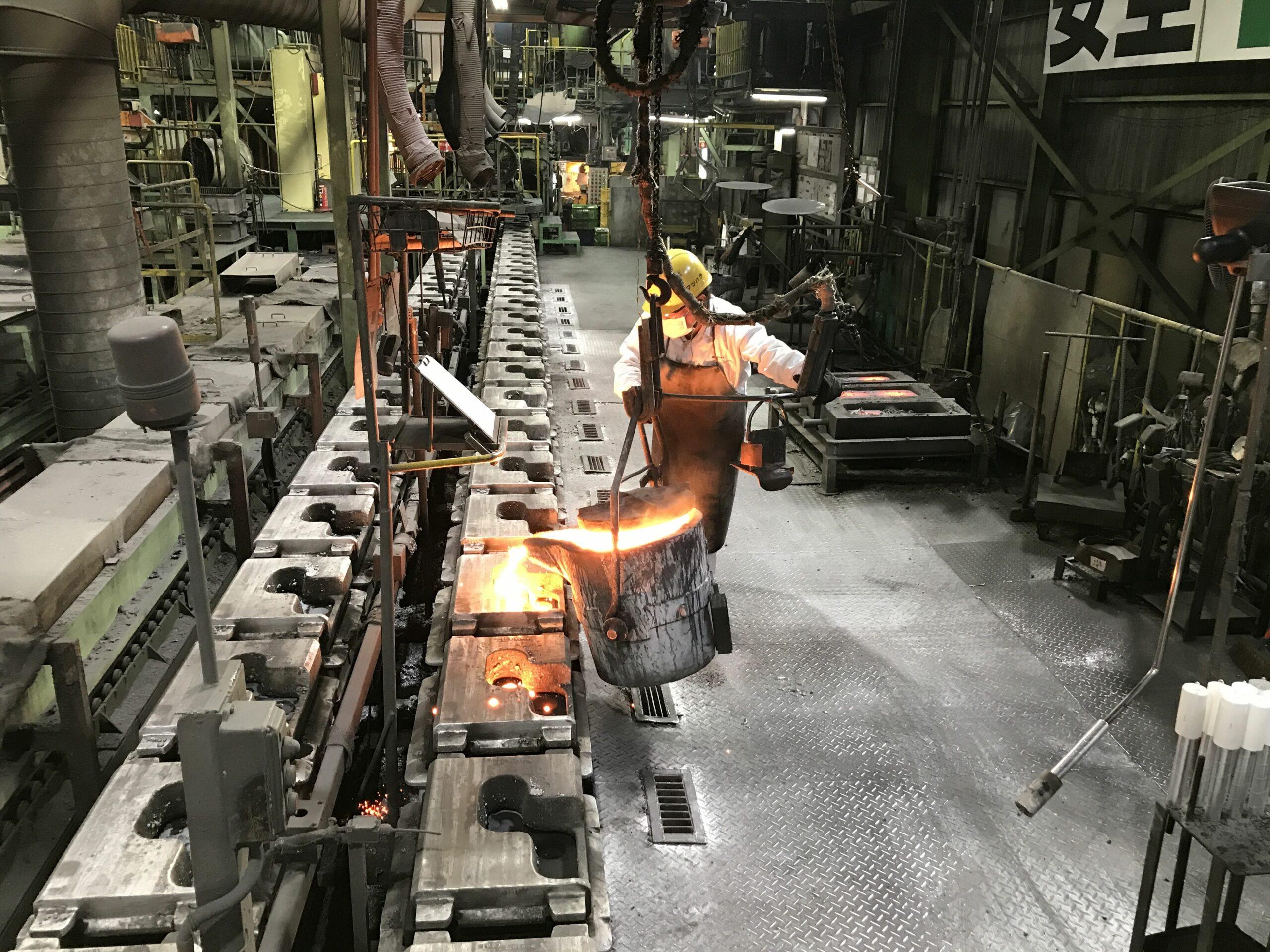 粉塵と火花の舞い散る鋳造工場