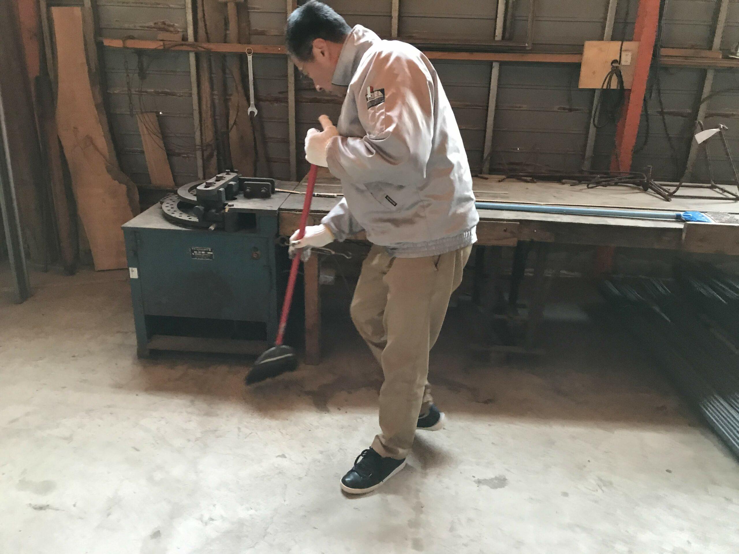 床を掃き清めているところ