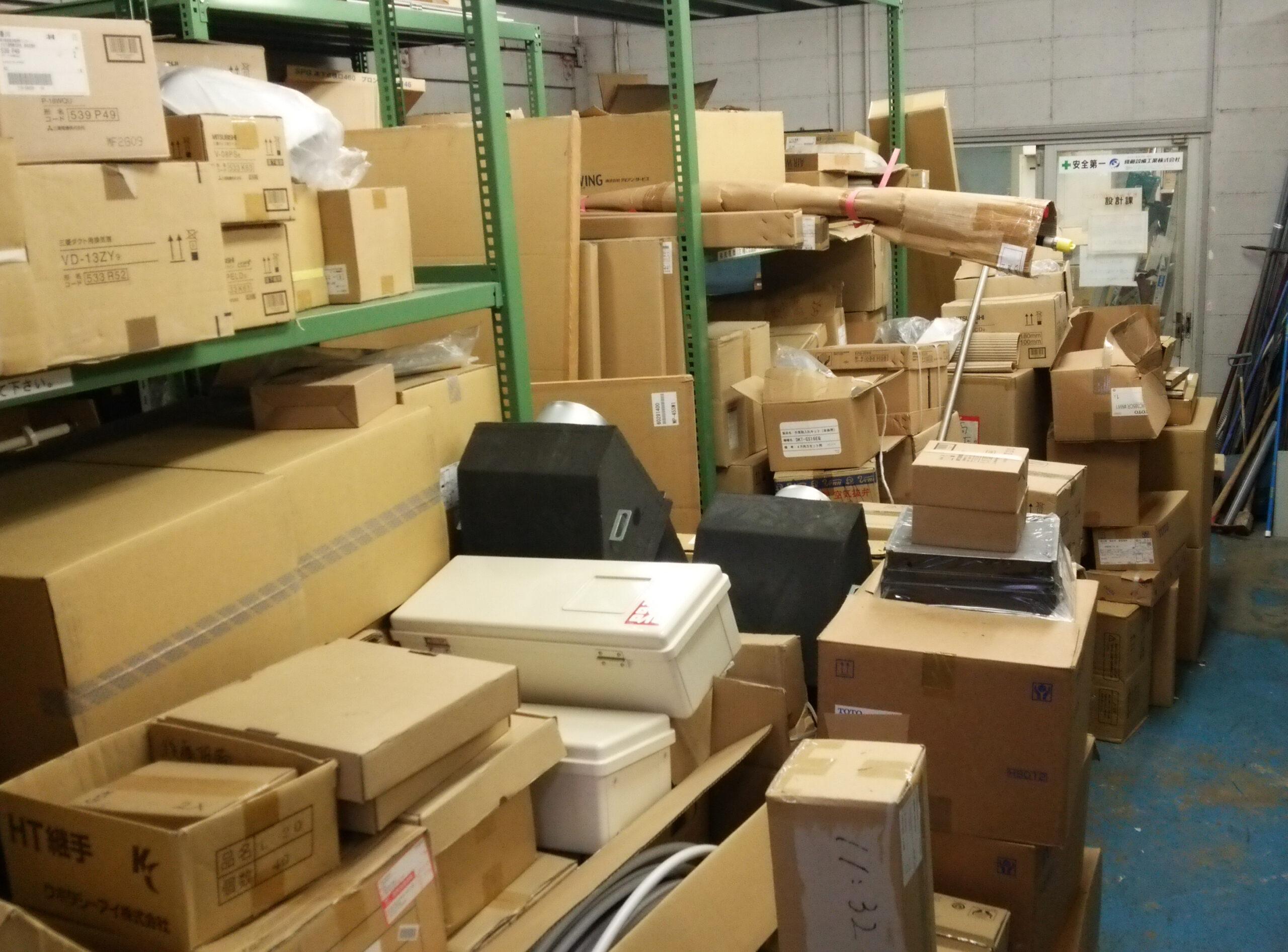 設備機器が積み上げられた倉庫