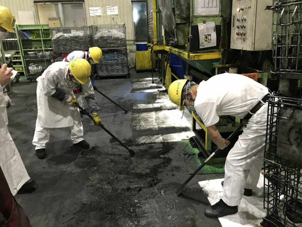 床面にこびりついた油分をこそげ落とす