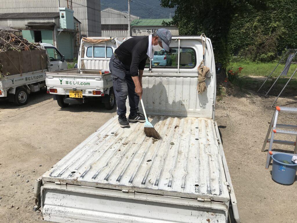 軽トラックの荷台をキレイにする