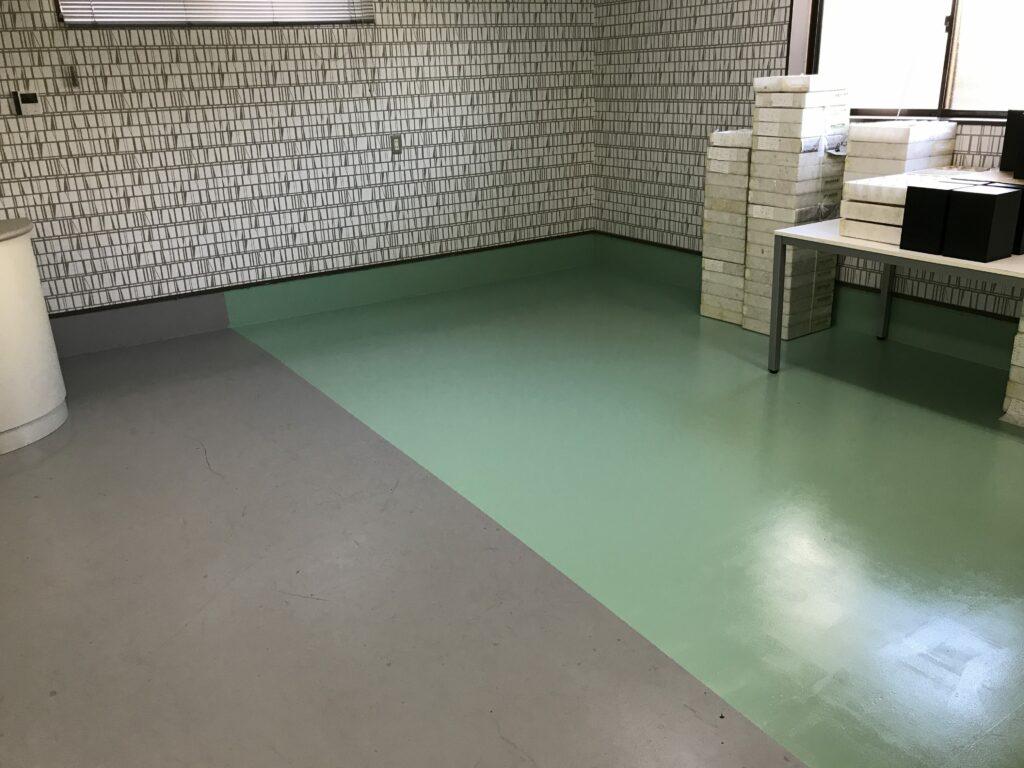 塗り替え途中の研修室の床面